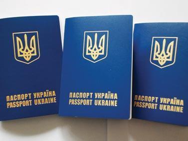 Волиняни переплачують сотні гривень за закордонний паспорт: кому йдуть ці кошти